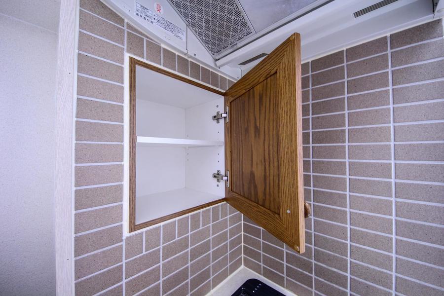 コンロ横には調味料など置ける扉付き収納スペース