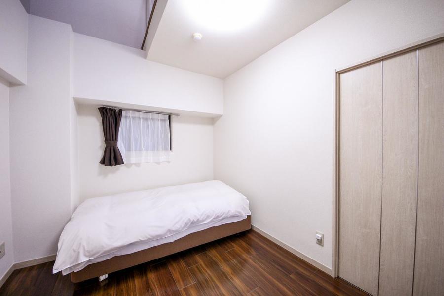 白を基調としたシンプルなお部屋でゆっくりお休みいただけます