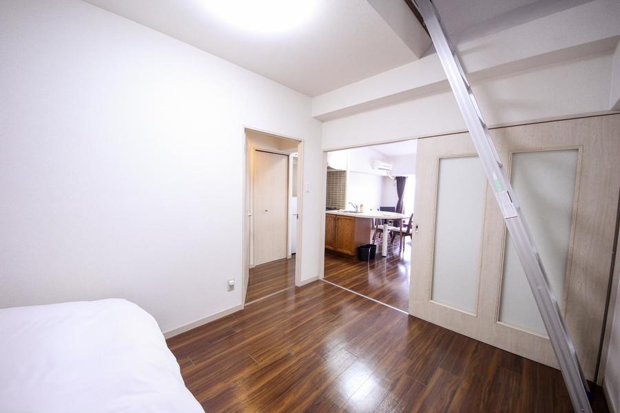 扉を開けるとリビングに直結。さらに広々とした空間が広がります