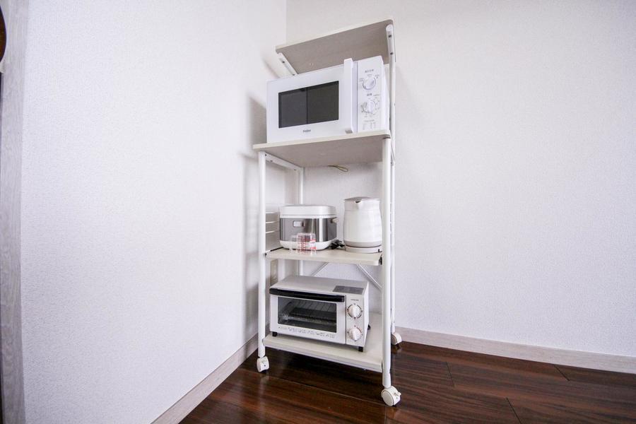 キッチン家電は移動可能なキャスター付きラックに配置