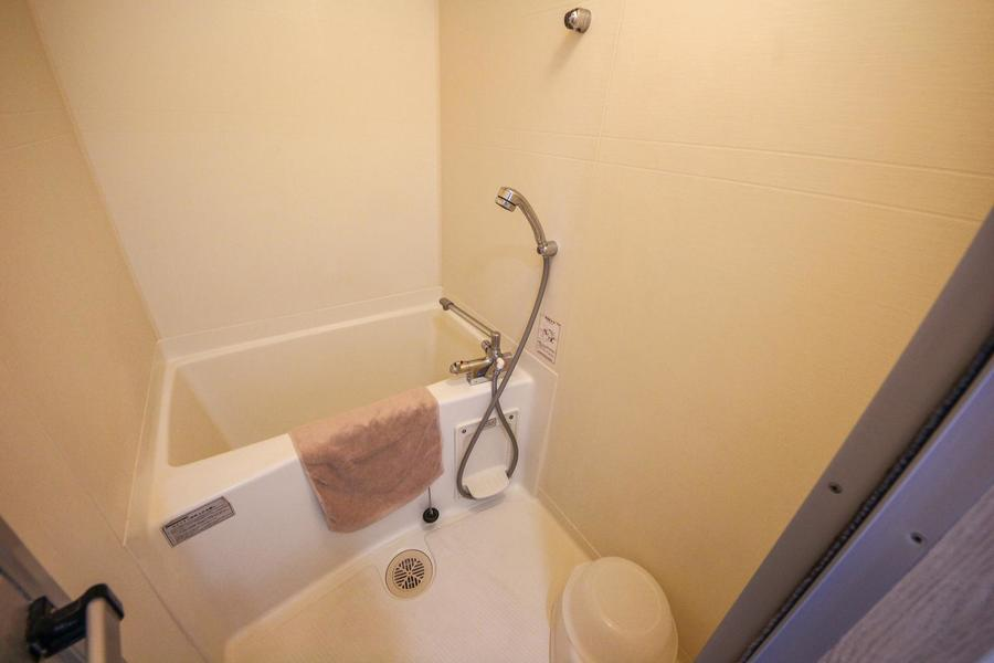 シンプルなバスルーム。バスマットもご利用ください