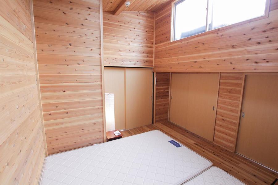 あたたかみのある木目に包まれた、広々とした寝室。天井が高く開放的でどこか懐かしい雰囲気に癒やされます。大きなクローゼットで収納もたっぷり。