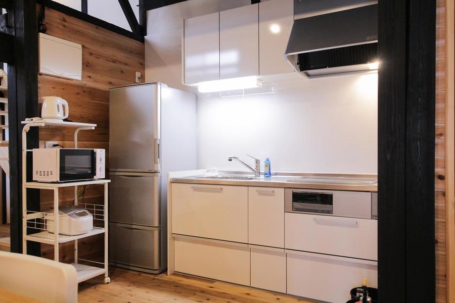 リフォームされてIHレンジの付いたシステムキッチンは火を使わない工夫がされています。使いやすい左右両開きの大型冷蔵庫で大人数の食材の保存もばっちり。