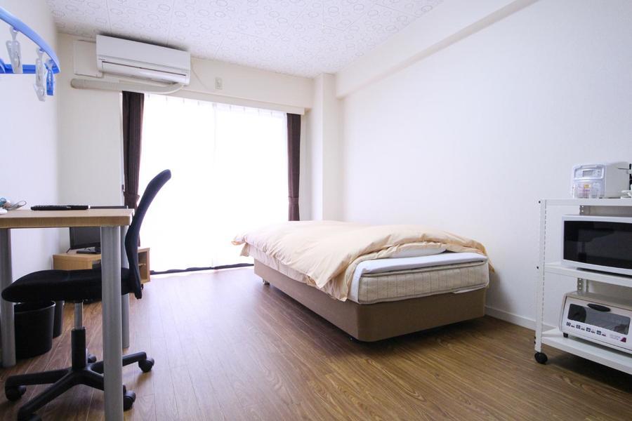 お部屋は8帖。はっきりとした木目が室内に活気をプラス