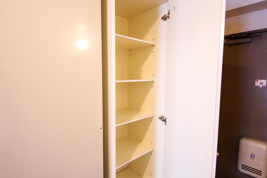 シューズボックスは天井まで届く大型タイプ。小物収納にも便利です