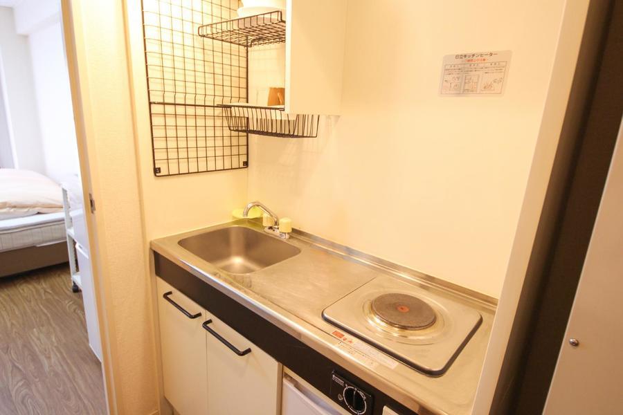 1Kとしては広めのキッチン。上下段に収納棚もあり便利です