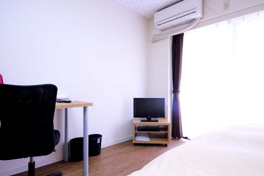 テレビはベッド、デスクどちらからも見やすい位置にセッティング