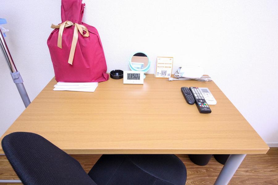 お仕事、お食事、書物など便利にお使いいただけるデスクセット