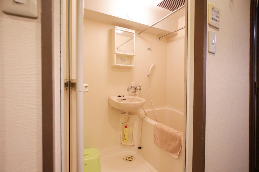 小物収納スペースがついたバスルーム。嬉しい浴室乾燥機能がついています
