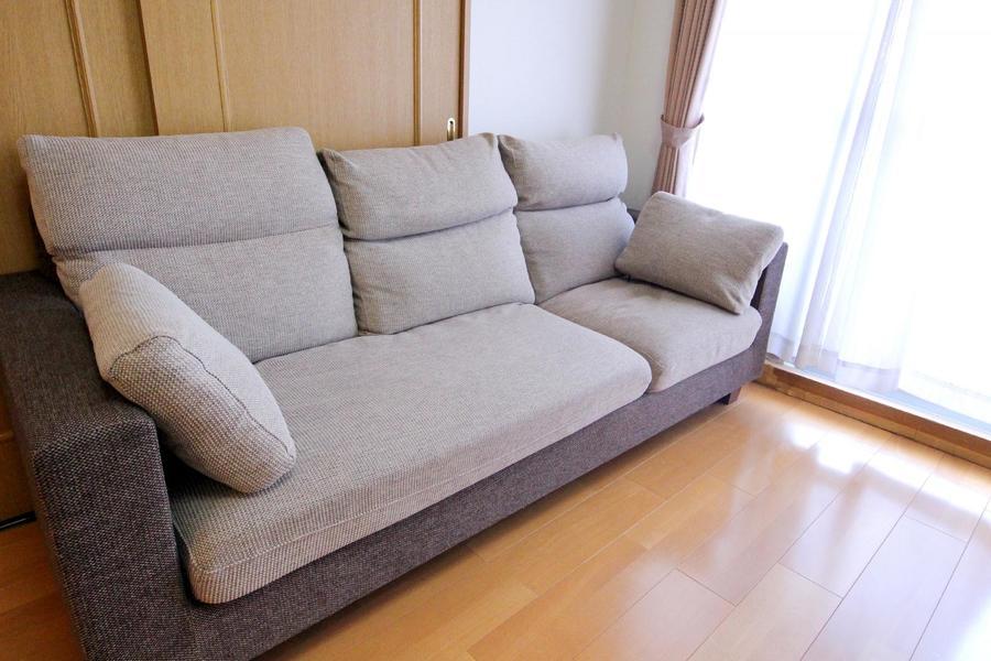 複数人で腰掛けられる大きめソファ。寝転んでのご使用にもおすすめ!
