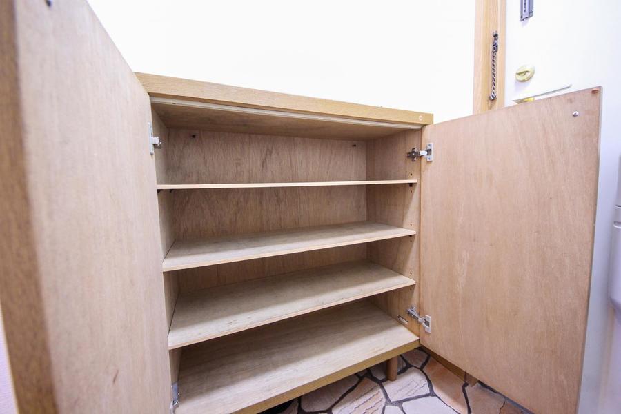 玄関にはシューズボックスを完備。天板部には小物をおいても素敵ですね
