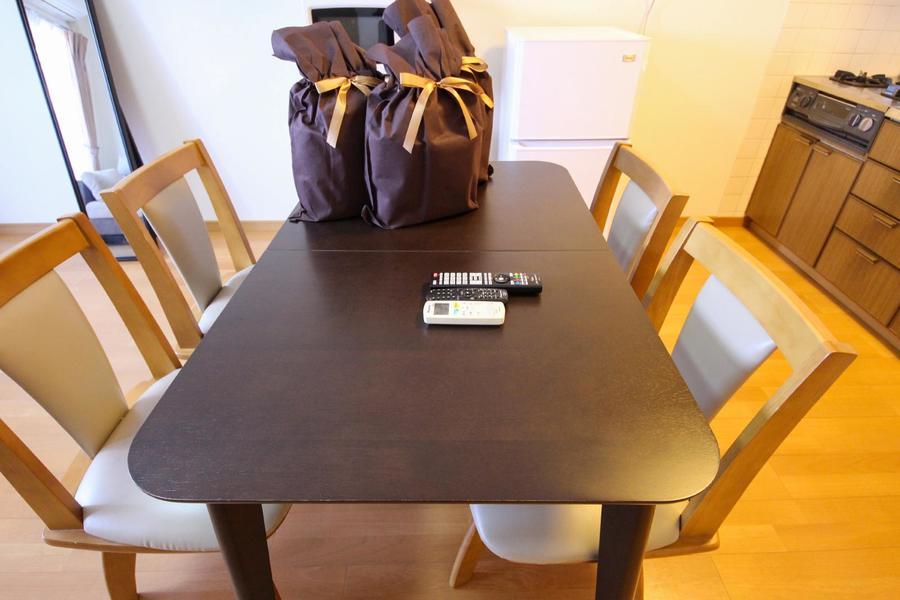 ダイニングテーブルは4人がけ。椅子は回転式でらくちん!