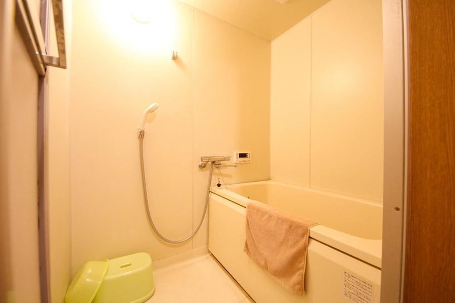 お風呂は追い焚き機能付き。ゆったり浸かれるサイズです