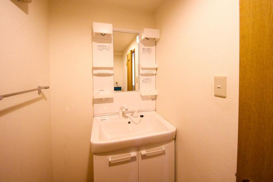 こだわりのお客様も多い独立洗面台。嬉しいシャンプードレッサータイプ