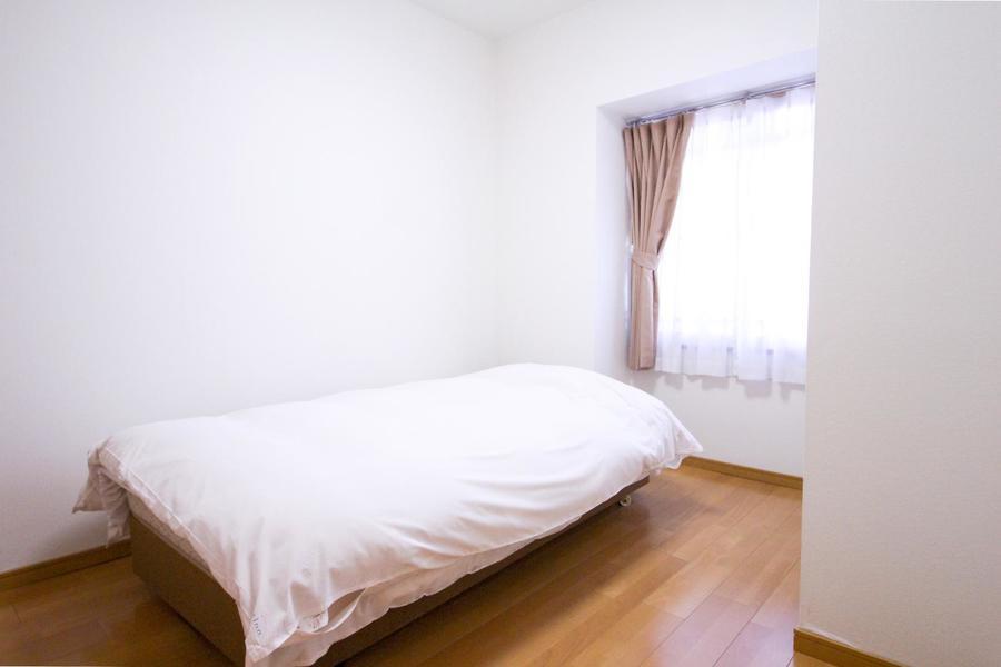 玄関横には寝室が二部屋。どちらにもベッドをご用意しています