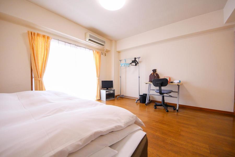 白い壁とフローリングのシンプルながら温かみのある室内
