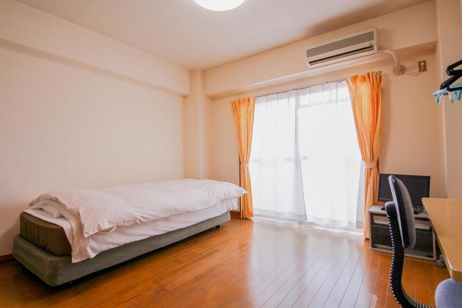 お部屋は広めの7帖。ベッドやデスクをおいてもゆとりがあります