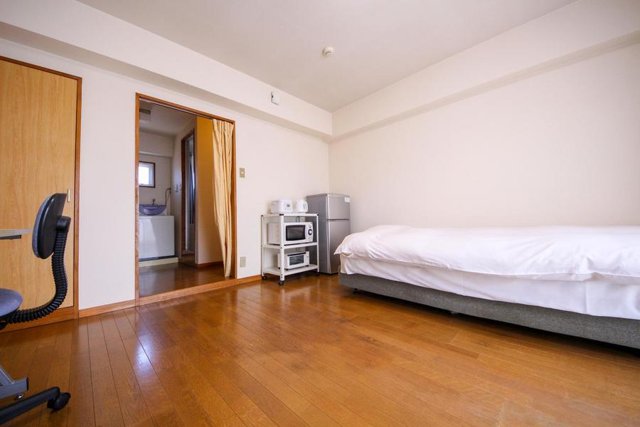 お部屋と廊下の間はプライバシー確保にカーテンをご利用ください