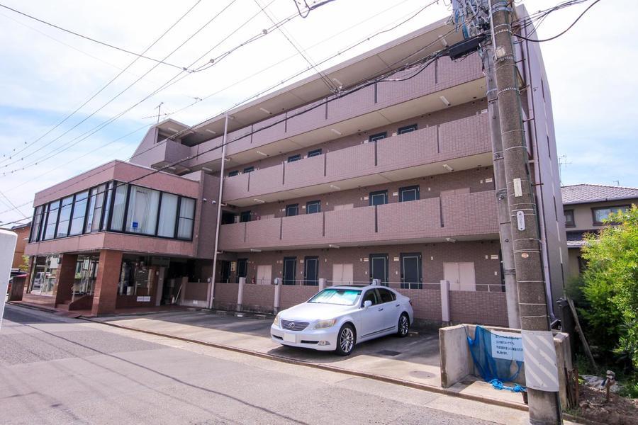 地下鉄東山線・岩塚駅より徒歩9分。周囲はマンションや一軒家が並ぶ住宅街です