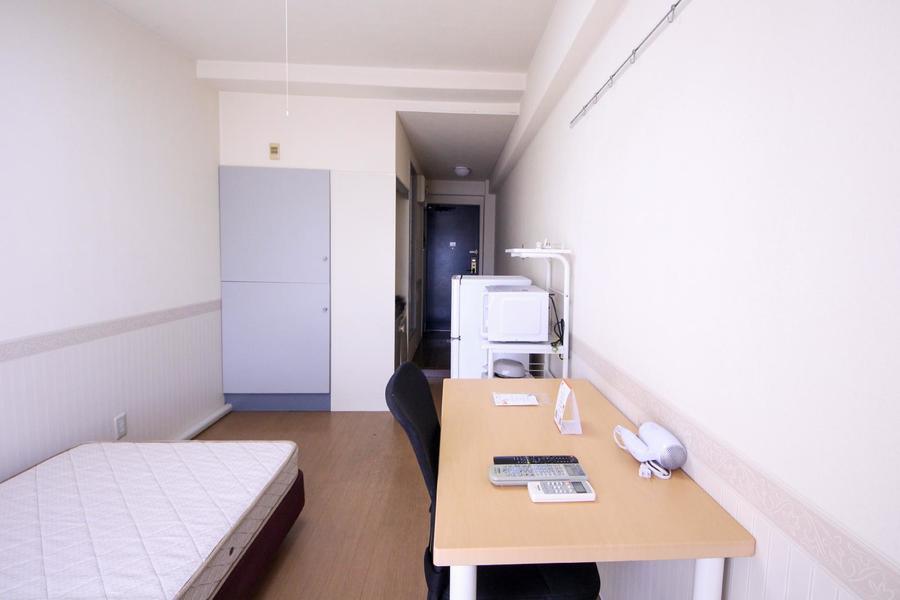 お部屋と廊下に仕切りのないワンルームタイプ。すっきりとした雰囲気