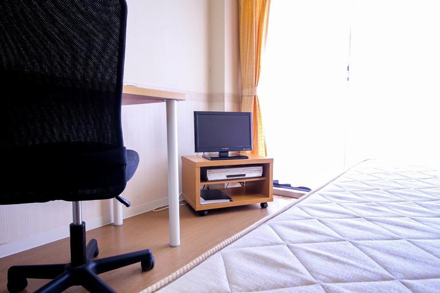 テレビはベッド、デスクどちらかも見やすい場所に配置しています