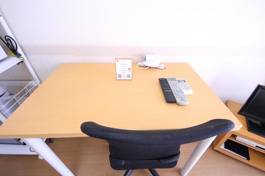 お仕事、読書、お食事など多用途にお使いいただけるデスクセット