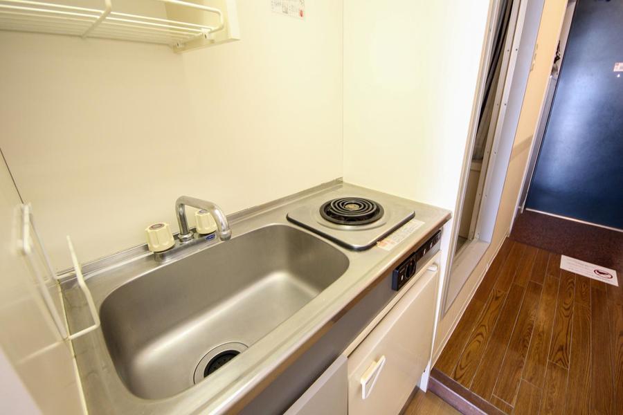 キッチンはシンプルかつコンパクトなサイズ