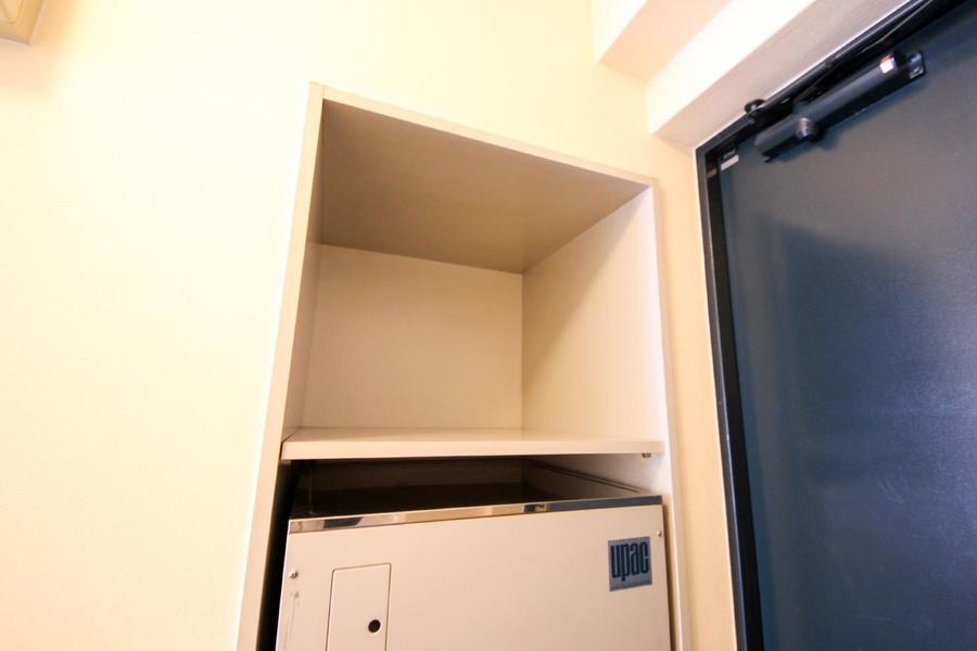 玄関横には大きめの収納スペース。靴だけでなく日用品置き場としても!