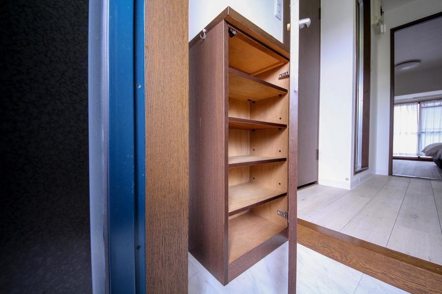 天板部分は小物置きに利用できるシューズボックス