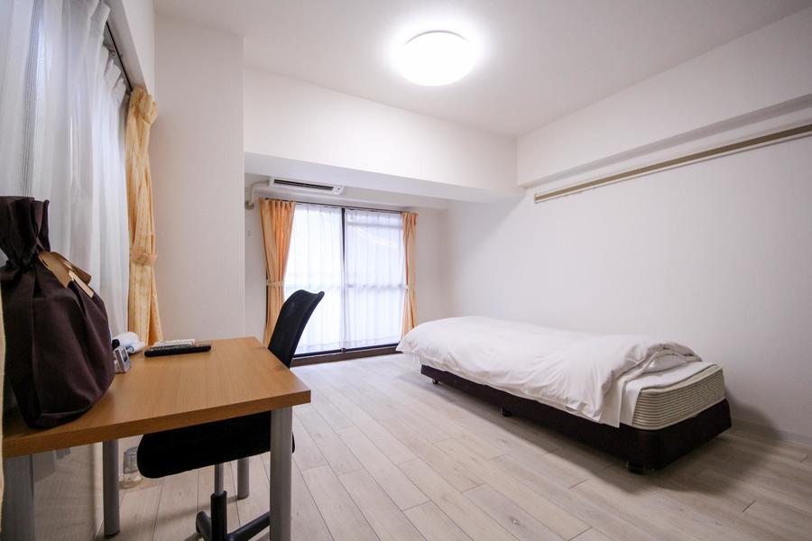白を基調としたお部屋は11畳超!家具を置いてもまだまだ余裕の広さです