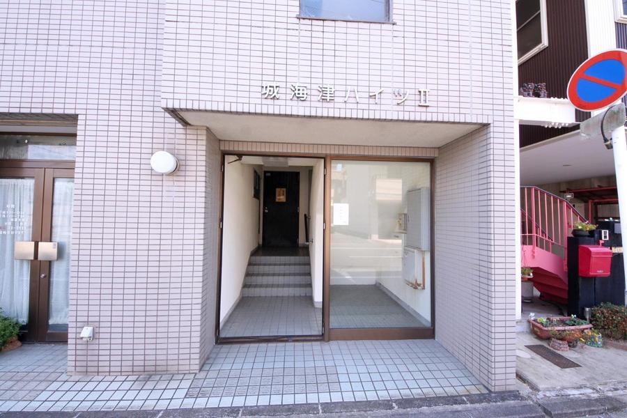 1階には接骨院などが入居。周辺は寺院や住宅が多めです