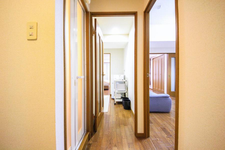 廊下は室内と同じフローリングで統一感があります