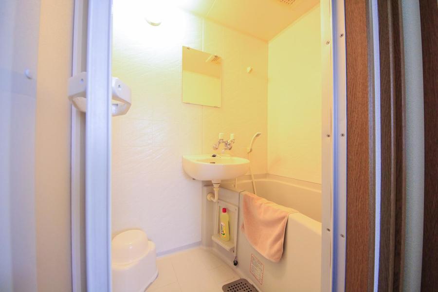疲れを流す清潔感のあるバスルーム
