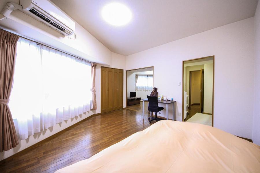 シーリングライトを採用したお部屋は天井が高く圧迫感を軽減してくれます