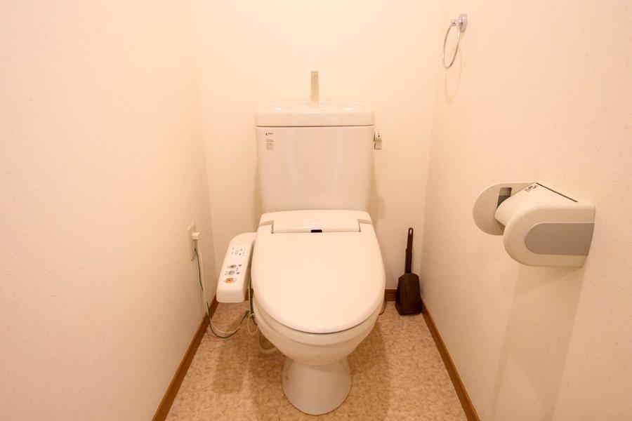 お手洗いはシャワートイレ付き。こだわりの方も多い人気の設備です