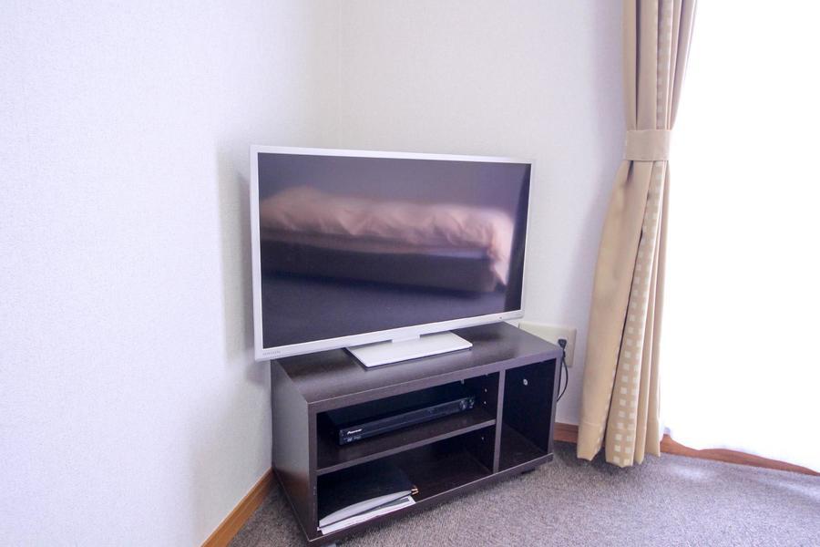 液晶テレビは32型。ベッドに寝転んでも見やすい場所に設置しています