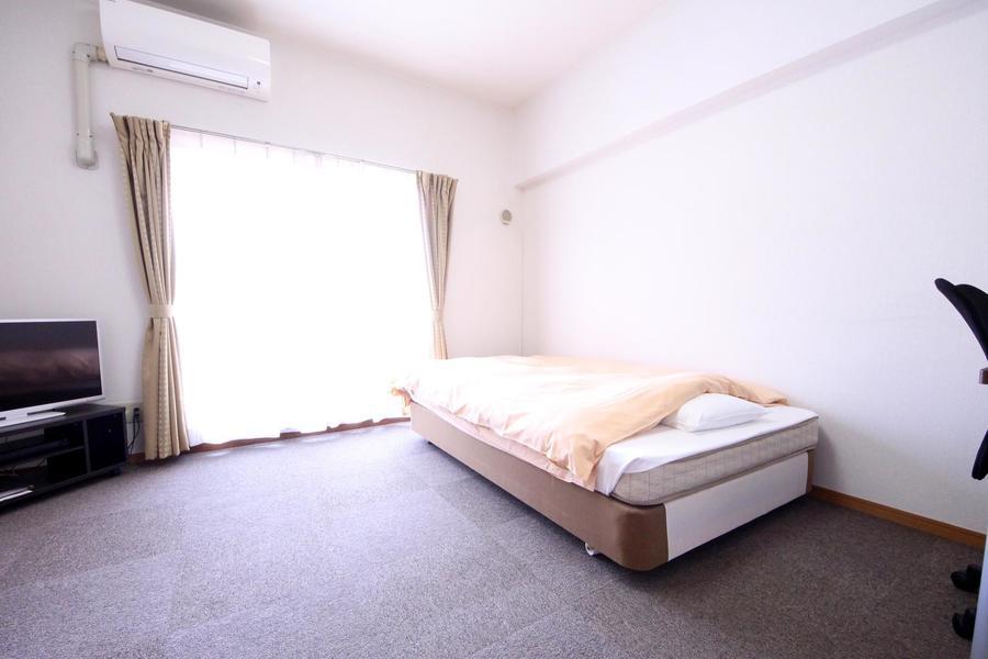 お部屋はカーペットタイプ。冬場も足元が冷えず心地よく過ごせます