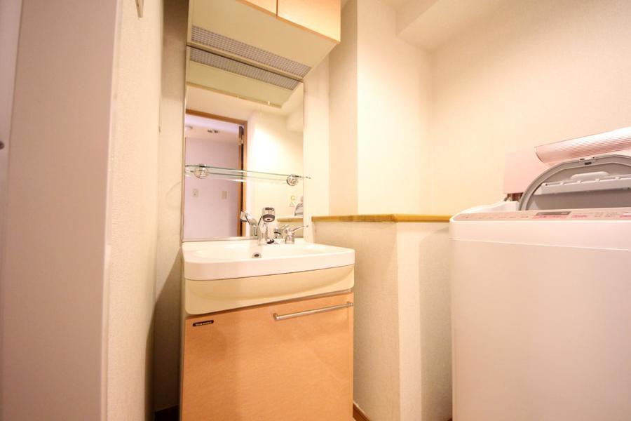 シャンプードレッサータイプの洗面台。全面鏡で大きく映すことが出来ます