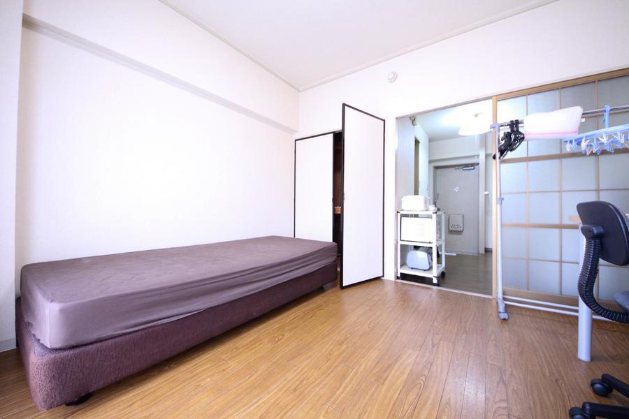 シンプルかつ過ごしやすい1Kのお部屋。床はフローリングとなっています