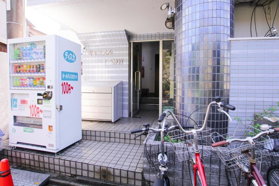 入口には自動販売機が設置。エレベーター完備で上り下りもらくちんです