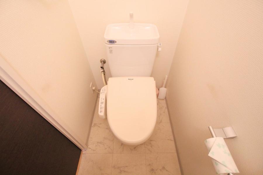 お手洗いは大理石調の床が目を引きます