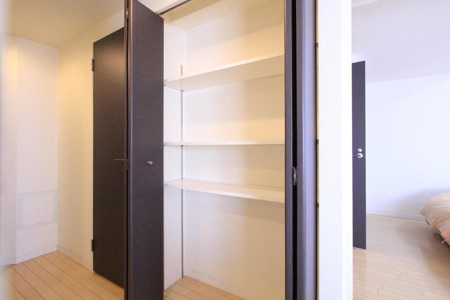 廊下には収納を完備。棚の高さは自由に変えてお使いいただけます