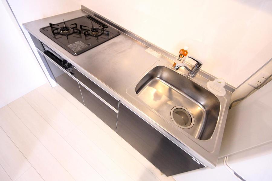システムキッチンは充実の2口ガスコンロ。シンクも広く便利です