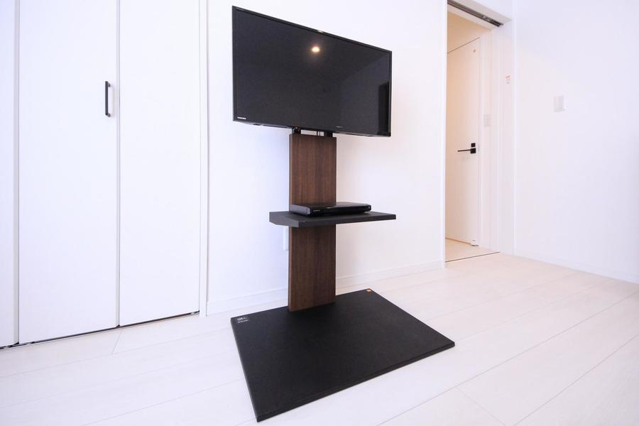 テレビ台はスタンドタイプを採用し、よりすっきりスタイリッシュに