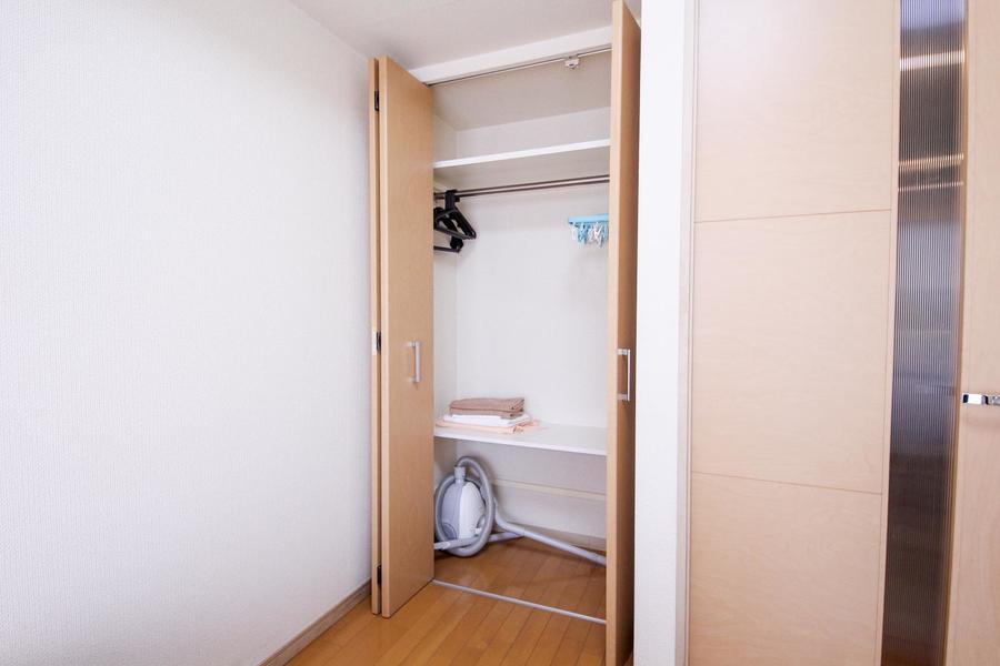 仕切り棚のあるクローゼット。無駄な空間を作らず収納できます
