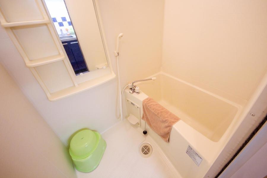 縦長の鏡と収納棚が嬉しいバスルーム。日々の疲れを癒やしてください
