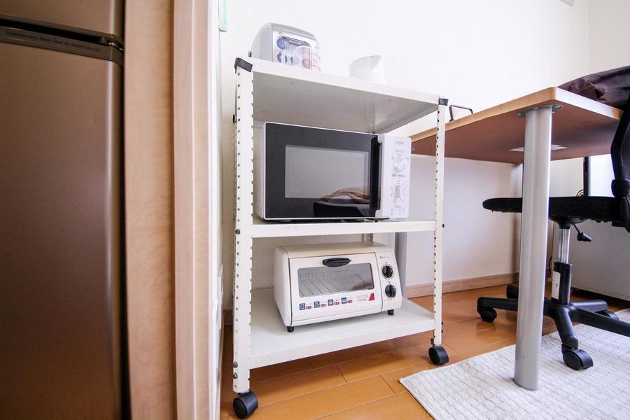 移動可能なラックにはキッチン家電をまとめて配置