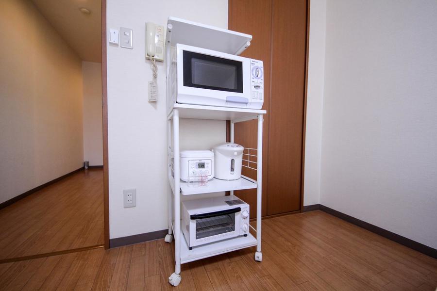 キッチン家電は移動可能なラックにまとめて配置