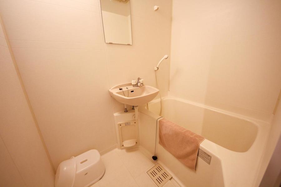 清潔感ある浴室。バスマット、洗面器などお風呂用品もセットしてます