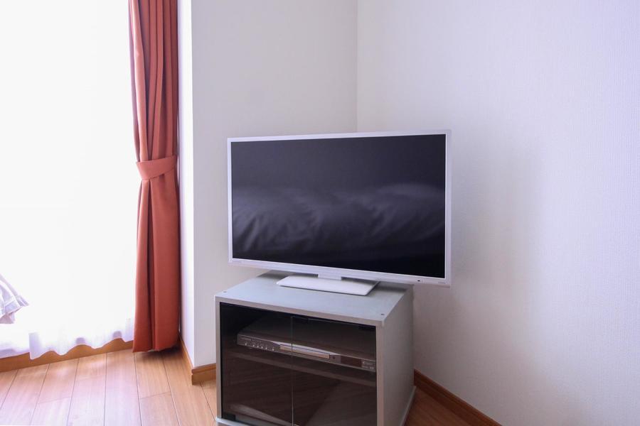テレビはベッド、デスクどちらからも見えやすい位置にセット